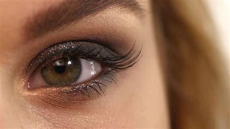 motie eye meka up videopakistoi makeup artist makes a girl beautiful makeup before an