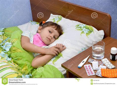 la fille malade triste se situe dans un lit image