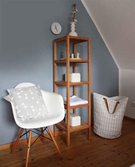 holzstühle farbig schlafzimmer massivholzbrett beleuchtung indirekt