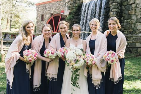 Dress With Pasmina 2 bridesmaids in navy dresses and pink pashmina scarves