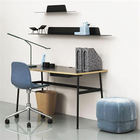 mensole scrivania mensole scrivania archivio fotografico da letto