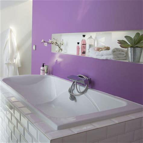 dans une salle de bain avec une peinture couleur violet