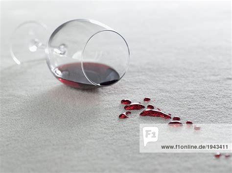 wein auf teppich teppich versch 252 tten wein wei 223 lizenzfreies bild