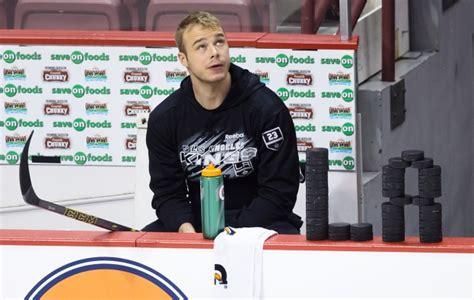 nhl players bench press photos kings edge canucks