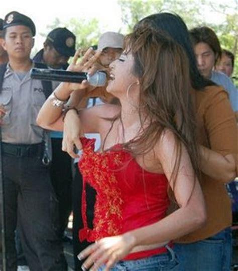 foto dewi persik kemben melorot februari 2009 foto gosip profil info artis hot