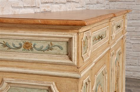 mobili decorati con fiori importante credenza veneziana luigi xiv con cassetti