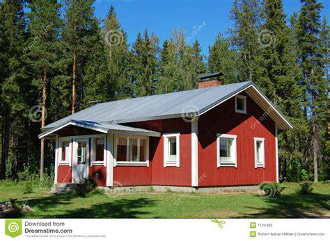 fertig holzhaus kaufen finnisches haus stockbild bild sommer bungalow wald
