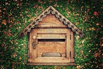 cassetta della posta in legno 9235226 cassetta postale in legno sul muro di foglia d