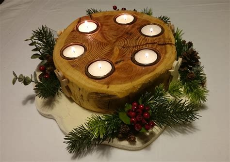 albero di natale con candele portacandele con addobbi natalizi