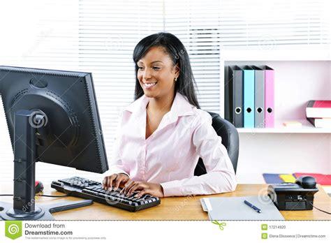 bureau femme femme d affaires de sourire au bureau photo stock