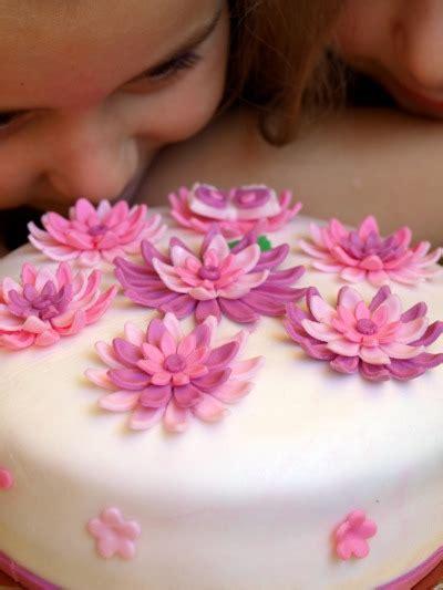 tatuaggio fiore di loto e farfalla fiore di ibisco