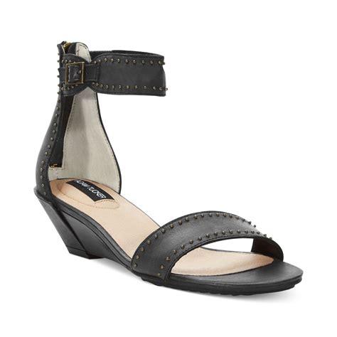 me sandals me adam tucker lexa wedge sandals in black black