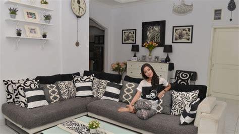 desain interior rumah gracia indri unik nuansa hitam putih dominasi rumah gracia indri