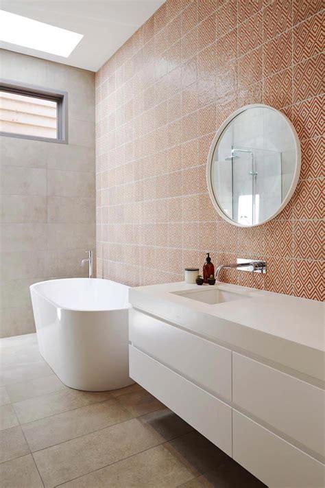 Supérieur Plaque De Pvc Pour Salle De Bain #3: carrelage-mural-design-geometrique-salle-de-bains.jpg