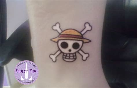 tattoo rubber one piece oltre 25 fantastiche idee su tatuaggi teschio su pinterest