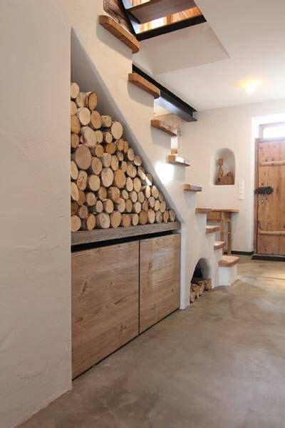 fäden im stuhl treppenhaus mit holz und stein kamin trennwand