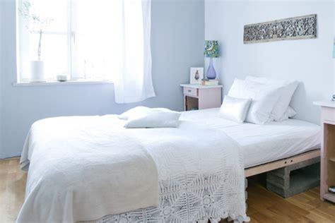 stauraum dachschräge schlafzimmer farbgestaltung
