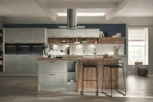 kitchen collectibles burford grained light grey kitchen from the shaker collection by howdens joinery kombuis idees