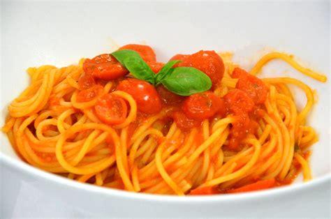 cucinare pomodori spaghetti al pomodoro fresco e basilico ricette di sardegna