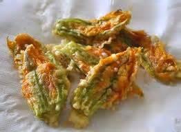 come si preparano i fiori di zucca fritti fiori di zucca con ripieno di mozzarella e prosciutto per