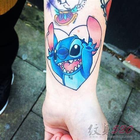 女生手腕上彩绘技巧几何元素卡通人物史迪仔纹身图案