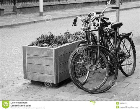 imagenes de bicicletas a blanco y negro dos bicicletas parqueadas en la calle en blanco y negro