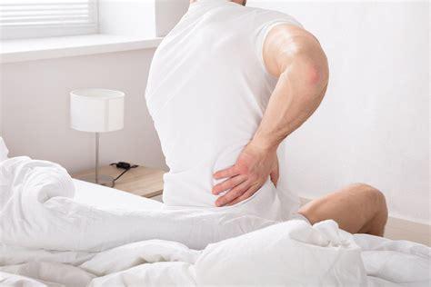 mal di schiena a letto mal di schiena appena alzati dal letto ecco 5 possibili