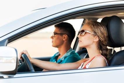 uomini al volante auto uomini e donne al volante ancora grande la distanza