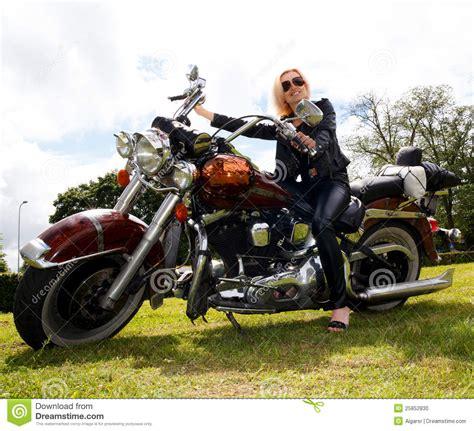Motorrad Fahren Frau by Frau Auf Motorrad Stockfoto Bild Kaukasisch Reiten
