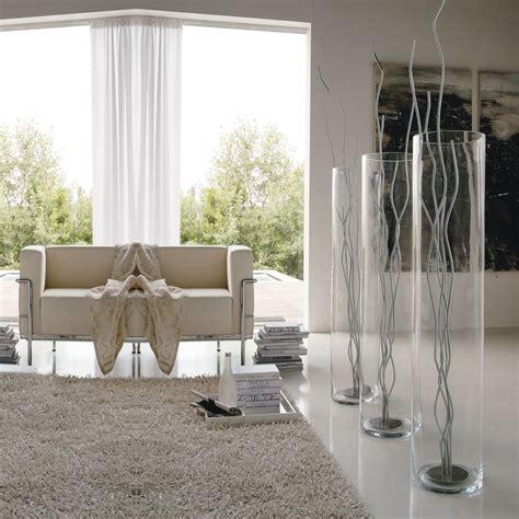vasi in metallo vaso in vetro con una scultura in metallo cromato