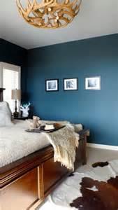 wohnideen schlafzimmer holz wandfarbe schlafzimmer hirschgeweih deko kronleuchter holz blau schlafzimmer einrichtung ideen