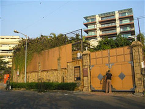 how mannat the home of srk suits his