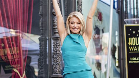 what device does kelly ripa use on her hair kelly ripa jokes she s gotten used to people walking on