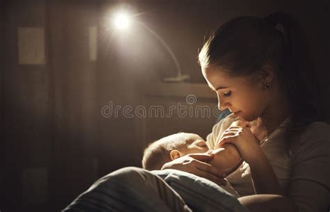 alimentazione per allattamento al seno allattamento al seno notte scura d alimentazione seno