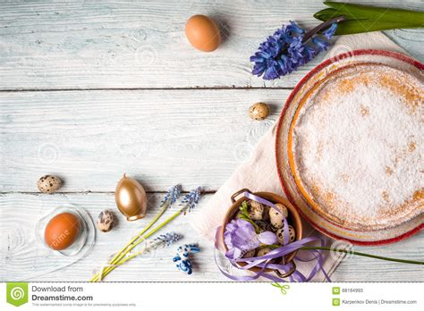 duitse bloem duitse pasen cake met decoratie en bloem op de witte