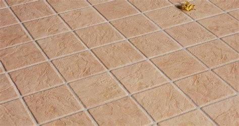 mattonelle per terrazzi esterni prezzi mattonelle esterno pavimenti per esterni mattonelle