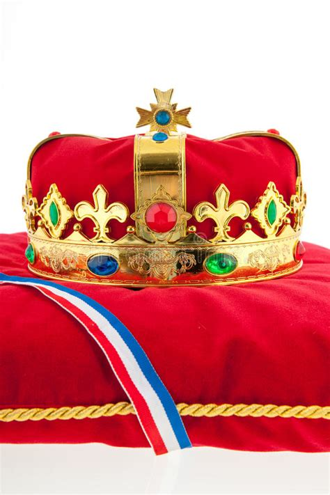 foto sul cuscino corona dorata sul cuscino velluto con la bandiera
