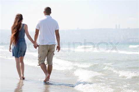 wandlen hell gl 252 ckliches junges paar spaziergang am strand stock foto