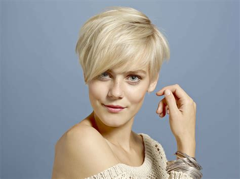 blonde hair with short sides and a short graduated neck