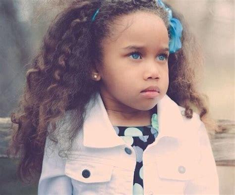 1409935051 la boucle de cheveux enlevee petite fille m 233 tisse aux yeux bleus magnique black