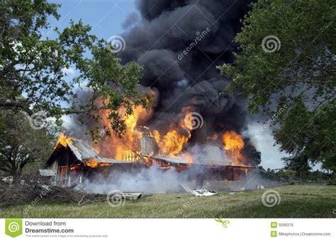 brennendes haus brennendes haus lizenzfreie stockbilder bild 3336379