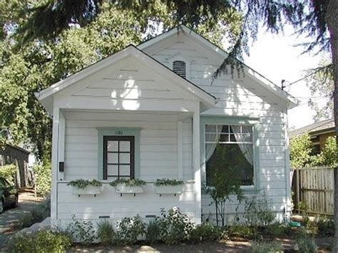 White Cottage Rental by All White Cottage With Colorful Trim White Houses Cottages Vacation