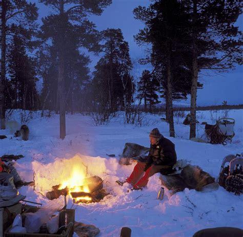 blockhütte im schnee mieten lappland finnen grillen sogar bei minus 20 grad im freien