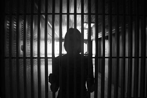schiave gabbia dietro le sbarre la vita in carcere una lotta per non
