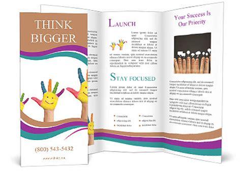 volunteer brochure template concepto de producto tres manos coloridas pintadas con la cara sonriente de familia madre