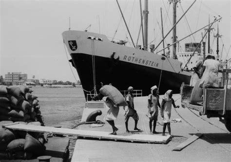 file hafenarbeiter bei der verladung sackgut ms rothenstein ndl port sudan 1960 png