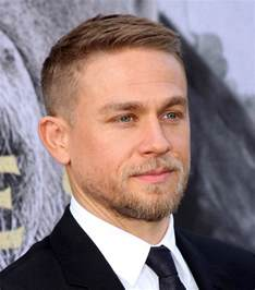 how to get thecharlie hunnam haircut charlie hunnam at la premiere of king arthur legend of