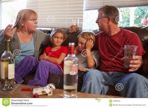 sofa drugs 父母争论在沙发与喝的孩子抽烟和 库存照片 图片 40885625