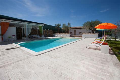 pavimento cemento stato pavimentazioni a bordo piscina esteticamente ma