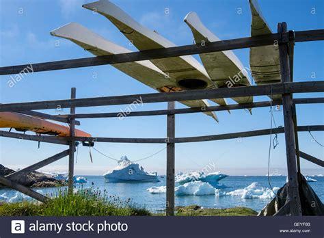 zahnspange gestell kopf inuit kajaks auf dem kopf stehend auf einem gestell